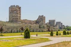 Uins стены древней крепости императора Theodosius в центре Стамбула индюк Стоковое Изображение
