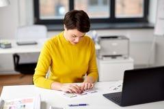 Uiontwerper die aan gebruikersinterface op kantoor werken stock fotografie