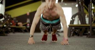 Uit Gewrongen sportmannen stock video