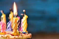 Uit het blazen van de kaarsen van een cake Royalty-vrije Stock Foto's