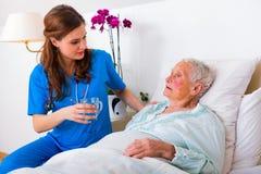 Uit het helpen van bejaarde patiënt stock fotografie