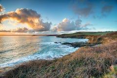 Uit het kijken om de Baai van ` s in Cornwall op te zetten Stock Fotografie
