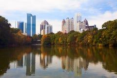 Uit het stadscentrum Atlanta dat in meer wordt weerspiegeld. Stock Afbeeldingen