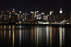Uit het stadscentrum (de Kant van het Westen) Manhattan bij nacht Royalty-vrije Stock Afbeeldingen
