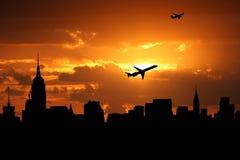Uit het stadscentrum horizon met vliegtuigen Stock Foto