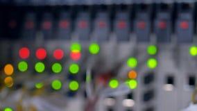 Uit het vertroebelen van LEIDENE lichten van een werkend netwerksysteem stock videobeelden