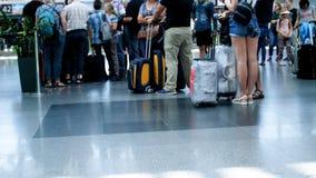 Uit nadruk4k lengte van mensenvoeten en bagage bij internationale luchthaventerminal stock video