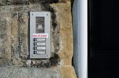 Uit Ordeteken aan deurklokken die wordt vastgebonden Stock Foto