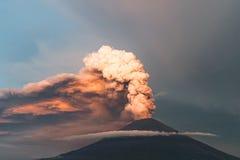 uitbarsting Clubs van rook en as in de atmosfeer stock afbeeldingen