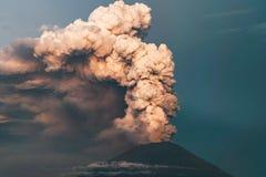 uitbarsting Clubs van rook en as in de atmosfeer royalty-vrije stock foto