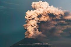 uitbarsting Clubs van rook en as in de atmosfeer stock afbeelding