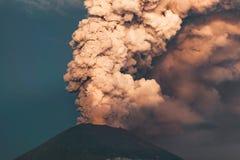 uitbarsting Clubs van rook en as in de atmosfeer royalty-vrije stock afbeelding
