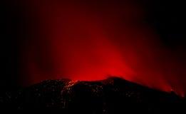 Uitbarsting van actieve vulkaan Stock Foto