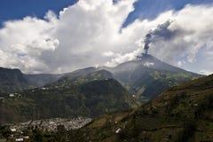 Uitbarsting van een vulkaan stock foto's