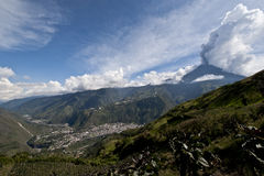 Uitbarsting van een vulkaan stock fotografie