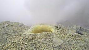 Uitbarsting van gas en stoom van zwavelfumarole in krater van actieve vulkaan stock footage