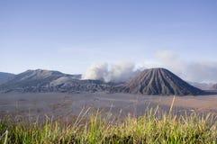 Uitbarsting van onderstel Bromo in zonsopganglicht in het Nationale Park van Bromo Tengger Semeru, Oost-Java Stock Foto's