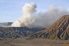 Uitbarsting van onderstel Bromo in zonsopganglicht in het Nationale Park van Bromo Tengger Semeru, Oost-Java Royalty-vrije Stock Afbeelding