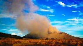 Uitbarsting van Tavurvur-vulkaan, het Nieuwe Groot-Brittannië eiland van Rabaul, Papoea-Nieuw-Guinea royalty-vrije stock afbeeldingen