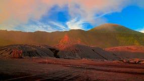 Uitbarsting van Tavurvur-vulkaan, het Nieuwe Groot-Brittannië eiland van Rabaul, Papoea-Nieuw-Guinea stock afbeelding