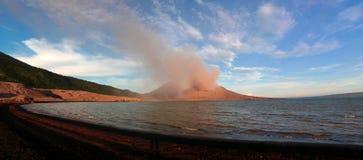 Uitbarsting van Tavurvur-vulkaan, het Nieuwe Groot-Brittannië eiland van Rabaul, Papoea-Nieuw-Guinea Stock Afbeeldingen