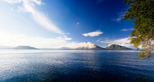 Uitbarsting van Tavurvur-vulkaan, het Nieuwe Groot-Brittannië eiland van Rabaul, Papoea-Nieuw-Guinea Royalty-vrije Stock Fotografie