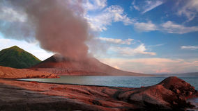 Uitbarsting van Tavurvur-vulkaan, het Nieuwe Groot-Brittannië eiland van Rabaul, Papoea-Nieuw-Guinea Stock Foto