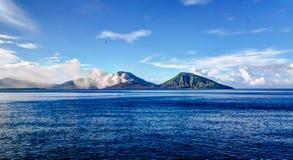 Uitbarsting van Tavurvur-vulkaan, het Nieuwe Groot-Brittannië eiland van Rabaul, PNG royalty-vrije stock afbeelding