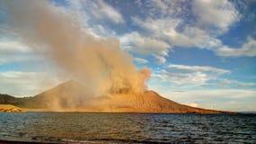 Uitbarsting van Tavurvur-vulkaan, het Nieuwe Groot-Brittannië eiland van Rabaul, PNG Stock Foto's