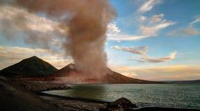 Uitbarsting van Tavurvur-vulkaan, het Nieuwe Groot-Brittannië eiland van Rabaul, PNG stock afbeelding