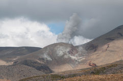 Uitbarsting van Te Maari-kraters bij Onderstel Tongariro Tongariro Kruising royalty-vrije stock afbeelding