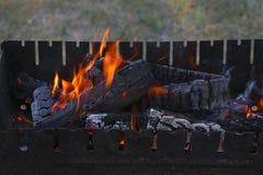 Uitbarsting van vlam van de vuur de houten brand in grillopen haard royalty-vrije stock foto