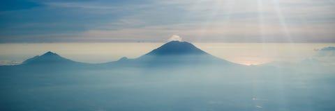 Uitbarsting van vulkaan Agung in de BANNER van Bali Indonesië, LANG FORMAAT stock foto