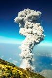 Uitbarsting van vulkaan Santiaguito in Guatemala door Santa Maria royalty-vrije stock foto