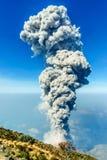 Uitbarsting van vulkaan Santiaguito van Santa Maria door quetzaltenango in Guatemala Stock Afbeelding