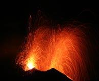 Uitbarsting van vulkaan Stromboli Stock Afbeeldingen