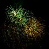 Uitbarstingen van Groen en Gouden Vuurwerk Royalty-vrije Stock Foto