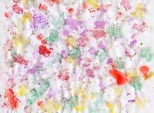 Uitbarstingen van multicolored verven en gemengd samen Witboek Getrokken plonsen van verven van verschillende kleuren op witte op stock afbeeldingen
