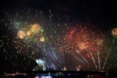 Uitbarstingen van vuurwerk bij Scharlaken zeilenfestiviteit in Heilige Petersburg, Rusland royalty-vrije stock fotografie
