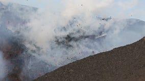 Uitbarstings actieve vulkaan - emissie van krater: lava, stoom, gas, as stock videobeelden