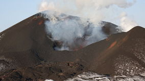 Uitbarstings actieve vulkaan - uitstroming van krater: lava, gas, stoom, as kamchatka stock video
