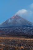 Uitbarstingsvulkaan Klyuchevskaya Sopka op het Schiereiland van Kamchatka Royalty-vrije Stock Foto's