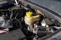 Uitbreidingstank voor remolie binnen het motorcompartiment stock foto's