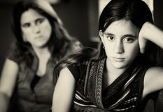 Uitdagende tiener en haar ongerust gemaakte moeder royalty-vrije stock foto's