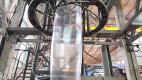 Uitdrijving van plastic zak in een fabriek stock videobeelden