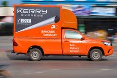 Uitdrukkelijke logistisch van Kerry is vrachtwagen het lopen royalty-vrije stock afbeeldingen