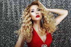Uitdrukking. Betoverende Elegante Dame in Rode Kleding in Mijmerij. Luxe Stock Afbeeldingen