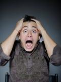 Uitdrukkingen. de mens is angst aangejaagd en voelend vrees stock fotografie