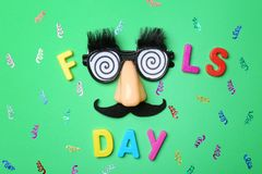 Uitdrukkings` Dwazen dag ` en grappige glazen stock foto