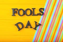 Uitdrukkings` Dwazen dag ` op kleurenachtergrond royalty-vrije stock foto